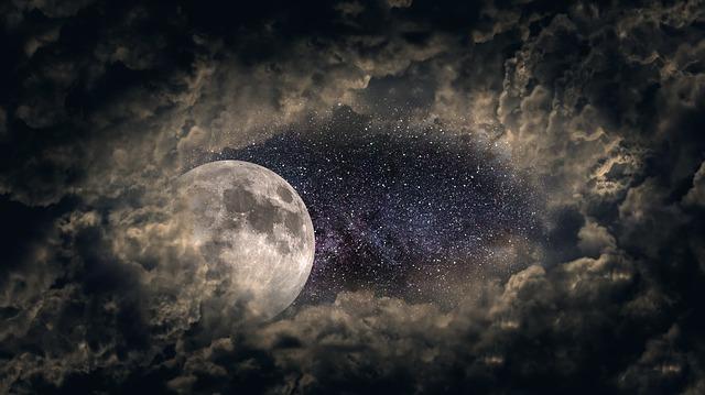 月が隠れる