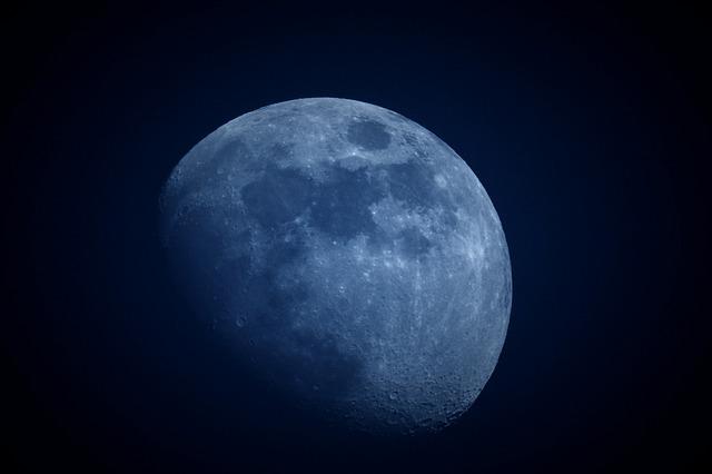 月が満ちる