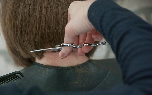 誰かの髪を切る