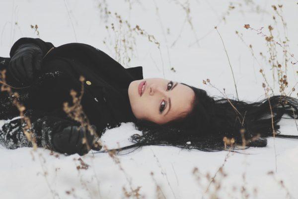 雪の上に倒れている人